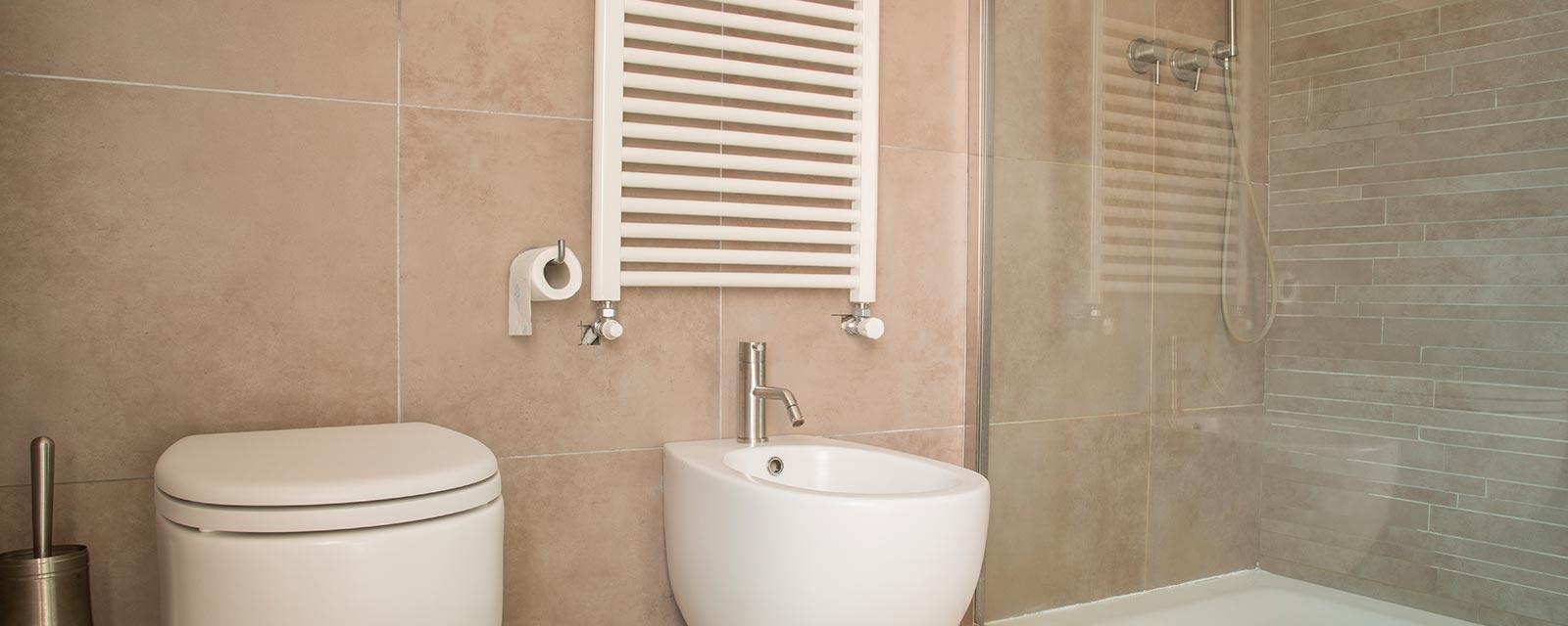 Salle De Bain Et Wc Dans Espace Reduit radiateur pour wc : lequel choisir ? | guide artisan